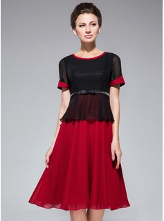 A-Line/Princess Scoop Neck Knee-Length Chiffon Mother of the Bride Dress With Bow(s)
