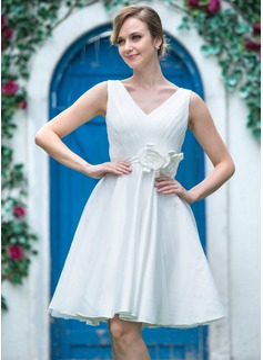 Corte A/Princesa Escote en V Hasta la rodilla Tul Charmeuse Vestido de novia con Volantes Flores